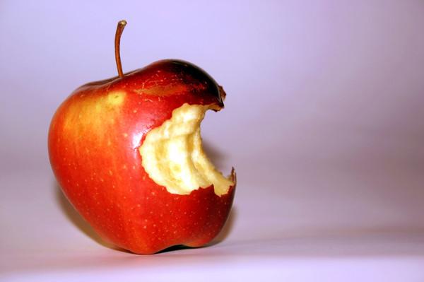 откусанное яблоко фото