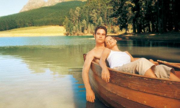 на берегу стоят два человека в лодку помещается только один